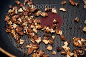 Грецкие орехи поджарить на сухой сковороде.