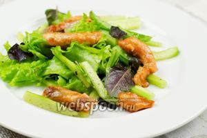 Зелёный салат с горячей сёмгой