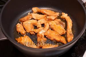 Хорошо разогреть сковороду, филе отряхнуть от соуса и обжарить на сухой сковороде с двух сторон по 3-4 минуты до образования корочки.
