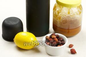 Для приготовления напитка из шиповника нам понадобится высушенный шиповник — 2 столовые ложки ягод на 1 литр воды, лимон и мёд.