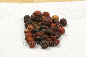 Ягоды шиповника выложить на бумажное или хлопковое полотенце для последующего измельчения.
