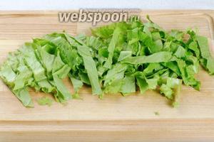 Пучок салата помыть, листья просушить и порезать.
