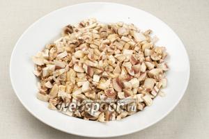 Для начинки необходимо 250-300 грамм грибов. Грибы помыть, просушить и мелко порезать.