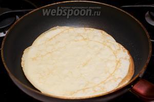 Выпекаем блины на хорошо разогретой сковороде, каждый раз смазывая её кулинарной кисточкой с растительным маслом (получается приблизительно 10-13 блинов).