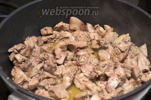 Вынимаем готовые овощи со сковороды и на этом же масле обжариваем печень, добавив соль и перец по вкусу.
