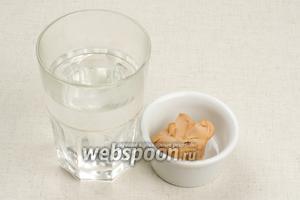 Для опары берём 1 стакан хорошо тёплой воды и свежие дрожжи комнатной температуры.