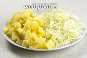 Капусту режем мелкой соломкой, а картофель кубиками.