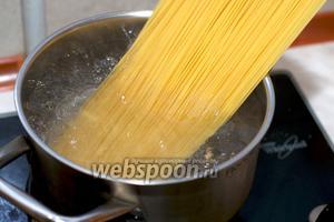 Порезанную корейку обжарить на оливковом масле 15-20 минут до золотистого цвета.