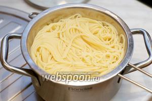 Готовые спагетти отбросить на дуршлаг.