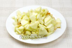 Яблоки надо помыть, почистить от кожуры и семечек и произвольно порезать.