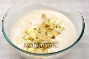Затем добавить порезанные яблоки (можете также попробовать приготовить с сушёными яблоками) и ещё раз перемешать.