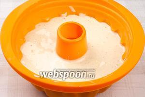 Форму для выпекания хорошо смазать сливочным маслом и влить приготовленное тесто.