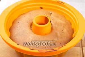 Выпекать в разогретой до 180°С духовке 30-35 минут. Готовность проверять деревянной шпажкой, она должна выходить из теста сухой.
