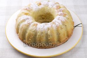 Готовую выпечку остудить в форме, затем аккуратно вынуть и присыпать сахарной пудрой. Вкусная шарлотка с яблоками в духовке готова!