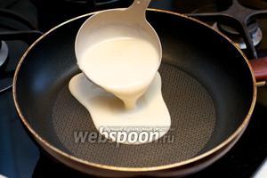 Разогреваем сковороду, смазываем её растительным маслом (смазывать можно кулинарной кисточкой - главное не наливать масло). Растительным маслом сковороду протираем перед каждым блином.   Поварёшкой наливаем тесто на сковороду. Получается приблизительно 12-13 штук.