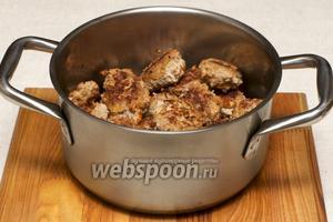 Складываем обжаренные тефтели с рисом в кастрюлю. Так же тефтели можно выложить в форму и поставить тушиться в духовку на 35-40 минут при температуре 180°С.