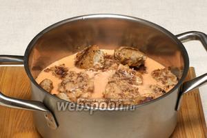 Полученным соусом заливаем тефтели, так чтобы верхний слой был покрыт.
