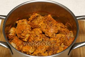 Ставим тушиться на очень медленный огонь на 40 минут. В процессе тушения, соус можно пробовать и добавлять по вкусу соль и перец.