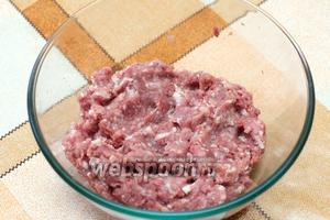 Для тефтелей нужен мясной фарш (500 г), это может быть свиной или смесь из нескольких сортов мяса.