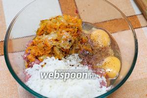 Соединяем фарш, 2 яйца, приготовленную зажарку и рис (риса добавляем третью часть от фарша).