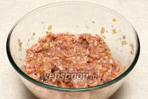 Добавляем щепотку соли, чёрный молотый перец и всё тщательно перемешиваем.