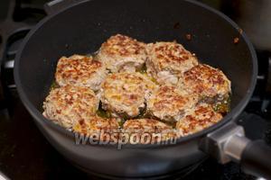 Разогреваем сковороду и обжариваем на растительном масле тефтели с двух сторон.  Я часто тефтели не обжариваю, а просто выкладываю в форму и запекаю под этим же соусом в духовке.