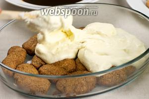 Второй слой десерта выкладываем тоже из пропитанного печенья и покрываем кремом.
