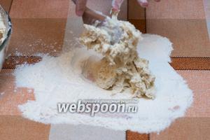 Выкладываем загустевшее тесто для вымешивания, поверхность надо предварительно посыпать мукой.