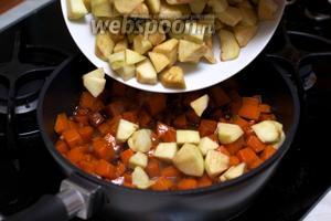 Затем добавить яблоки и изюм, всё перемешать и тушить под крышкой ещё 10 минут, немного помешивая.