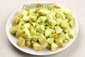 Яблоки должны быть ароматные, очистить их от кожуры и семян — порезать как тыкву. Если нет свежих яблок, можете поэкспериментировать с сушёными.