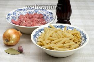 Для приготовления макарон по-флотски возьмём макароны-перья, репчатый лук, свиной фарш, чеснок и специи.