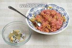 Перемешаем фарш (250 г) с горчицей (2 ч. л.) и добавим в него смесь специй (1 щепотка соли, 1 лавровый лист, перец чёрный молотый 0.5 ч. л, 1 зубчик чеснока). Специи предварительно надо истолочь в ступке. Даём постоять 10-15 минут — пропитаться.