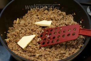 В готовый фарш добавляем обжаренный лук, сливочное масло (50 г) и макароны (300 г), отваренные в подсоленной воде. Макароны нужно варить 5-10 минут, всё зависит от сорта пшеницы, из которых они сделаны.