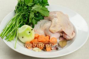 Для бульона нам понадобится кастрюля на 4 литра. 2 окорочка помыть, 1 морковку почистить и порезать на крупные кружочки, 1 луковицу почистить и воткнуть в неё гвоздику (3 штуки), 2 зубчика чеснока почистить, помыть петрушку (1 пучок) — всё залить холодной водой.   Бульон варить на очень медленном огне 1-1,5 часа, снимая пену.