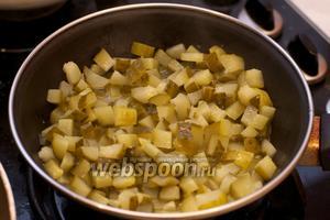 Обжарить огурцы на сливочном масле (1 ст. л.) на медленном огне приблизительно 15 минут.