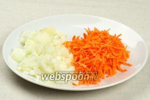Лук (1 штуку) порезать на мелкие кубики, а морковь (1 штуку) потереть на крупной тёрке.