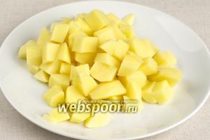 Когда бульон сварится, из него надо всё вынуть (куриное мясо лучше снять с костей и вернуть в кастрюлю).  В бульон добавить промытый рис (80 г) и порезанный картофель (4 штуки) — варить 15-20 минут до готовности картофеля.