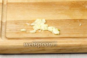 1 большой зубчик чеснока очистить и раздавить ножом или выдавить через чеснокодавилку.