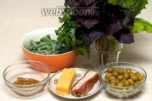 Основные ингредиенты салата — стручковая фасоль, оливки, базилик, петрушка, салат, бекон, твёрдый сыр, оливковое масло, горчица и специи.