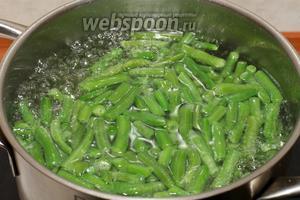 Опустить замороженную стручковую фасоль в кипящую воду и варить 1-2 минуты.
