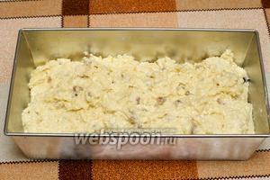 Форму для выпекания смазать сливочным маслом, посыпать мукой и выложить готовое тесто.