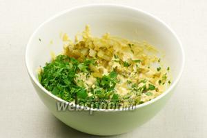 Добавить зелень и огурцы к желткам.