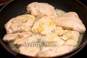 Затем влить в курицу с лимоном остатки маринада, добавить сливочное масло — всё перемешать и готовить еще 10-15 минут.