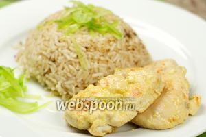 Куриное филе приготовленное в лимонноv соусе хорошо сочетается с гарниром в виде  пряного риса .