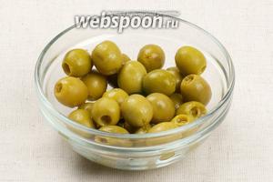 Оливки фаршированные лимоном вынуть из банки и обсушить.