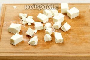 Сыр Фета или брынзу порезать небольшими кубиками.