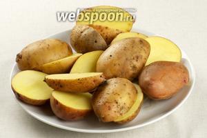 Картофель хорошо помыть, немного обсушить и порезать на половинки.