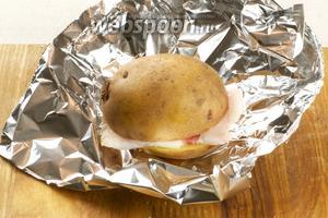 Затем каждую картошку заворачиваем в фольгу в 2 слоя. Если будете запекать картошку в углях, то фольги понадобится 3-4 слоя, чтобы картошка не сгорела.