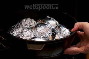 Выкладываем картошку на противень и ставим в разогретую до 180 °С духовку на 40-50 минут.