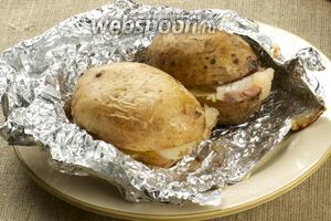 Готовность запеченной в фольге картошки с салом можно проверять зубочисткой, если легко входит в картошку, значит готово.